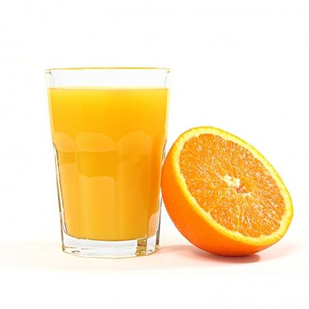 immagine di un bicchiere di succo d'arancia e mezza arancia Tarocco Bio appoggiata al bicchiere