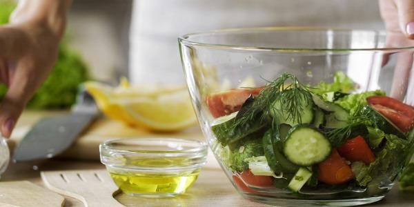 Condire le insalate con l'aiuto dell'estrattore di succo