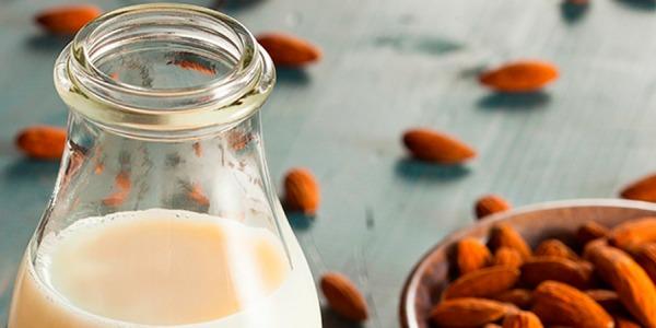 Latte vegetale di mandorla: la ricetta per farlo in casa